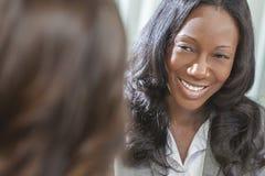 Femme ou femme d'affaires d'Afro-américain lors du contact Photographie stock