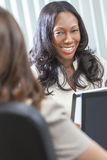 Femme ou femme d'affaires d'Afro-américain lors du contact Photos libres de droits