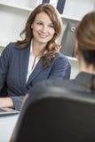 Femme ou femme d'affaires lors du contact de bureau Photographie stock
