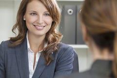Femme ou femme d'affaires lors du contact de bureau Photographie stock libre de droits