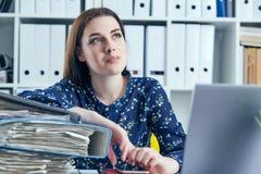 Femme ou secrétaire d'affaires avec beaucoup de factures de dossiers de documents sur son bureau faisant la pause, détendant au j image libre de droits