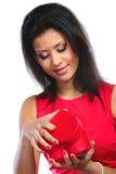 Femme ouvrant le boîte-cadeau en forme de coeur rouge Image libre de droits