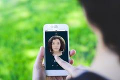 Femme ouvrant le smartphone avec la technologie faciale de reconnaissance images libres de droits
