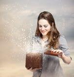 Femme ouvrant un cadre de cadeau Photo stock