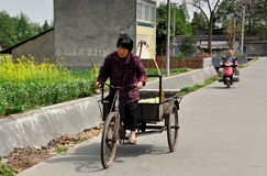 Pengzhou, Chine : Chariot de bicyclette d'équitation de femme Photos libres de droits