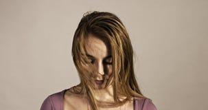 Femme paisible avec les yeux fermés clips vidéos