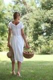 Femme avec la corbeille de fruits Photographie stock