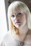 Femme par l'hublot Photos libres de droits