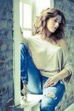 Femme par l'hublot Image stock