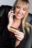 Femme par la carte de crédit photographie stock