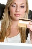 Femme par la carte de crédit Images libres de droits