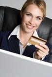 Femme par la carte de crédit Image libre de droits