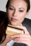 Femme par la carte de crédit Photo libre de droits