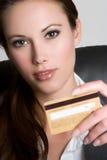 Femme par la carte de crédit photos stock