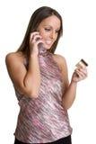 Femme par la carte de crédit de téléphone photographie stock