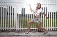 Femme par la frontière de sécurité image libre de droits