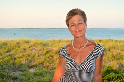 Femme par la mer photos libres de droits