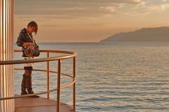 Femme par le lac Baikal Photographie stock