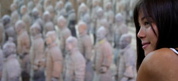 Femme par Terracotta Warriors Photographie stock libre de droits