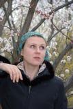 Femme par un arbre de floraison Images stock