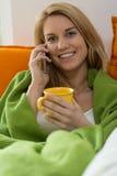 Femme paresseuse parlant au téléphone Images libres de droits