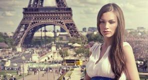 Femme à Paris Image libre de droits