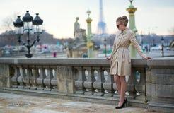 Femme parisienne élégante dans le jardin de Tuileries image stock