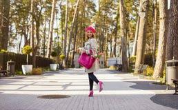 Femme parisienne marchant en parc photo stock