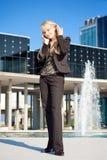 Femme parlant à un téléphone Images stock