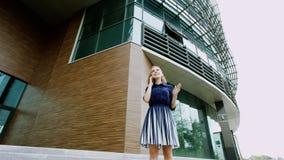 Femme parlant à un téléphone Photographie stock