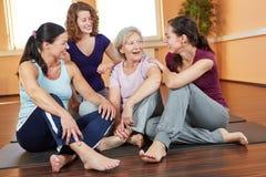 Femme parlant au centre de forme physique Image stock