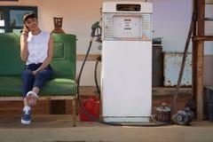 Femme parlant au téléphone portable à la station de pompe à essence Photo libre de droits