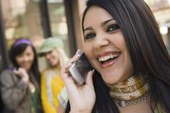 Femme parlant au téléphone portable Images stock