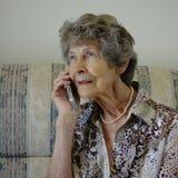Femme parlant au téléphone portable Photos stock