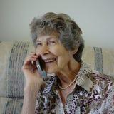 Femme parlant au téléphone portable Photo stock