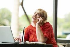 Femme parlant au t?l?phone image libre de droits