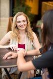 Femme parlant avec l'ami au café Photo libre de droits