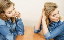 Femme parlant avec l'ami ignorant sûr Photographie stock