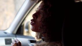 Femme parlant dans le voyage par la route mobile de voiture banque de vidéos