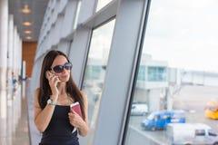 Femme parlant par le téléphone à l'attente d'aéroport Photos stock
