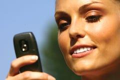 Femme parlant sur le lll de téléphone portable images libres de droits