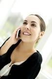 Femme parlant sur le mobile Photos stock