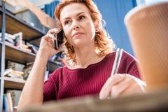 Femme parlant sur le smartphone Image libre de droits
