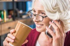 Femme parlant sur le smartphone Photographie stock libre de droits
