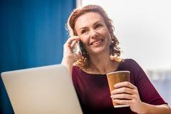 Femme parlant sur le smartphone Photo stock