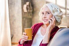 Femme parlant sur le téléphone portable Photographie stock libre de droits