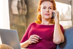 Femme parlant sur le téléphone portable Image libre de droits