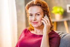 Femme parlant sur le téléphone portable Photo stock