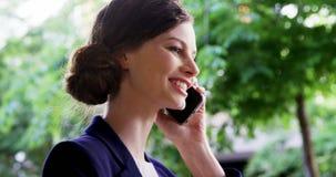 Femme parlant sur le téléphone portable clips vidéos