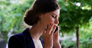 Femme parlant sur le téléphone portable banque de vidéos